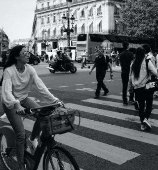Take a tour of the Rue de Rivoli by bike!